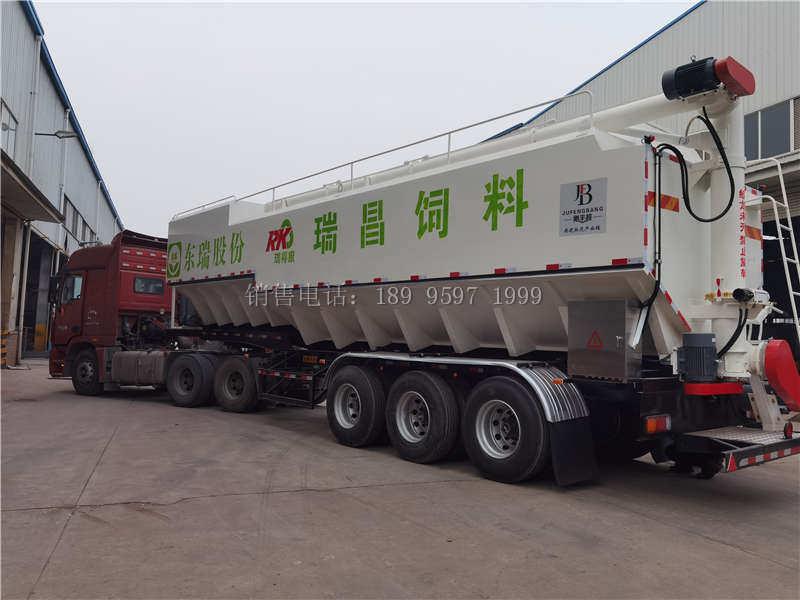 11米6电动32吨三桥一体半挂散装饲料运输车发车