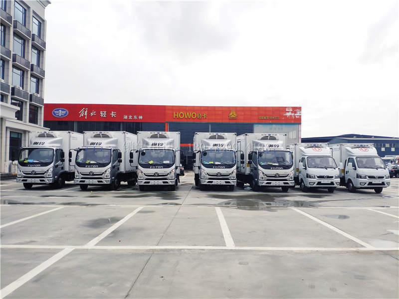 5台福田奥铃速运4米2冷藏车和2台东风途逸3米5冷藏车一起出嫁了