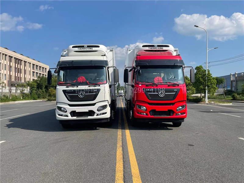 2台国六东风天锦kr小三轴9.6米前四后四冷藏车发车