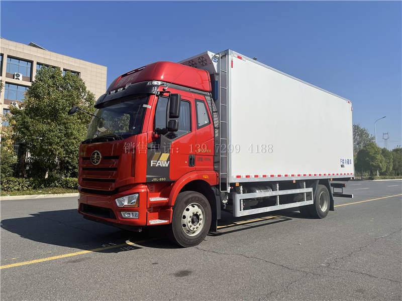国六一汽解放J6L尊享版6米8肉钩冷藏车配置价格